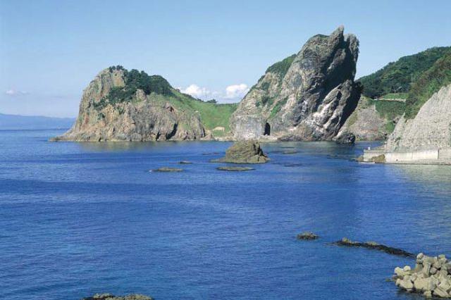 神の宿る岩山として古くから地元の人に信仰される願掛け岩